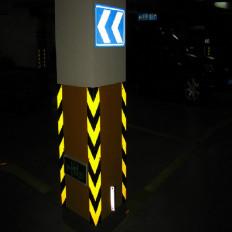Ruban prismatique réfléchissant de signalisation jaune et noir
