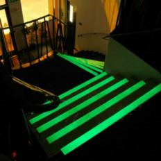 Film adhésif phosphorescent émettant de la lumière s'allume dans la sombre lueur dans l'obscurité vert