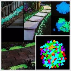 Pequeños guijarros fosforescentes multicolor en savia que se