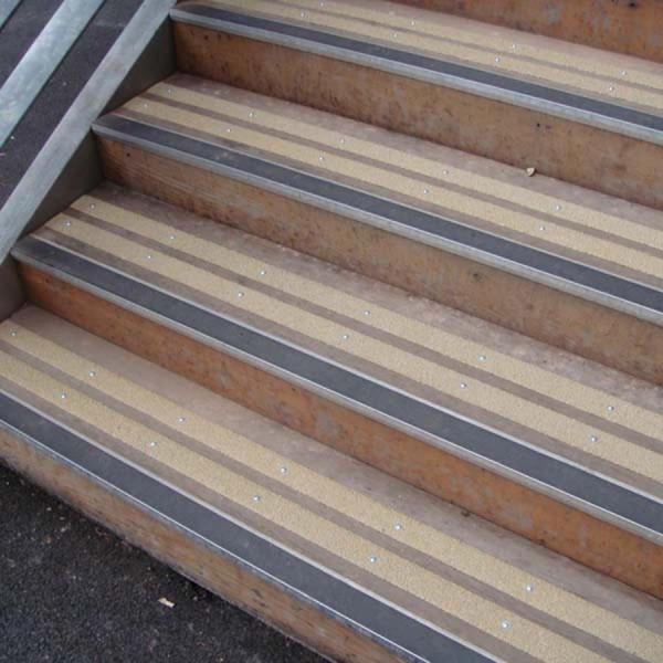 Nastro adesivo antiscivolo nero per interni ed esterni for Pavimenti per scale esterne