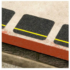 2 Antislip black stick squares with a yellow reflective line –