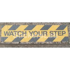 """Adesivo antiscivolo giallo con scritta nera """"WATCH YOUR STEP"""" evita cadute o scivoloni"""