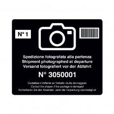 Etichette adesive antimanomissione spedizione fotografate alla partenza