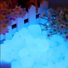 Pedras azul luminescentes em resina que brilham no escuro –